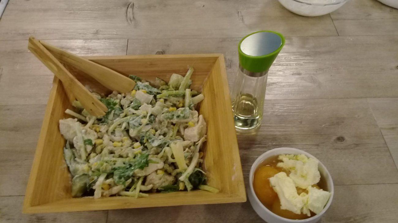 Ensalada de pollo, con choclo, arvejas, pepino y aliño de yogur