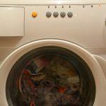 Ropa blanca manchada por ropa oscura en lavarropas