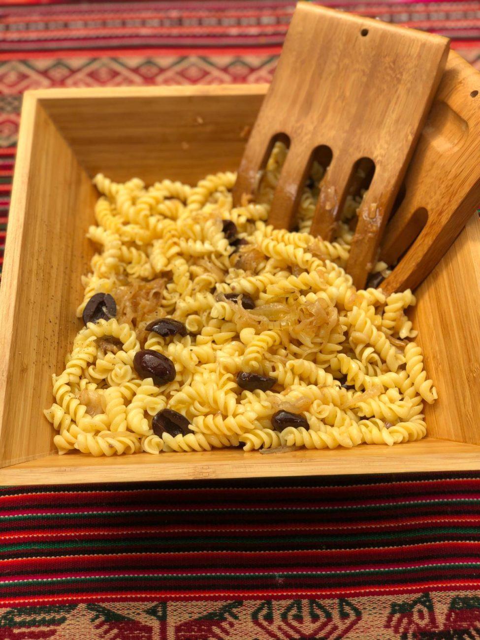 Pasta con cebolla caramelizada, olivas y anchoas
